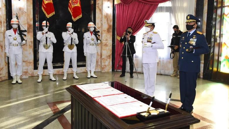 Upacara penyerahan jabatan Yudo Margono jadi KSAL dan Fadjar Prasetyo jadi KSAU di di Subden Denma Mabes TNI, Jakarta. Prosesi ini berlangsung sebelum mereka dilantik Presiden Jokowi.