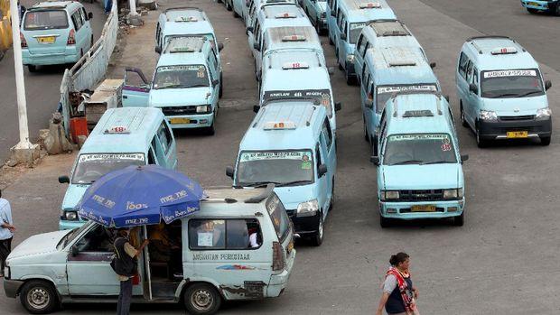 Terus digempur virus Corona, Pengusaha angkot, Organisasi Angkutan Darat (Organda) DKI Jakarta mengatakan angkutan umum terancam gulung tikar.