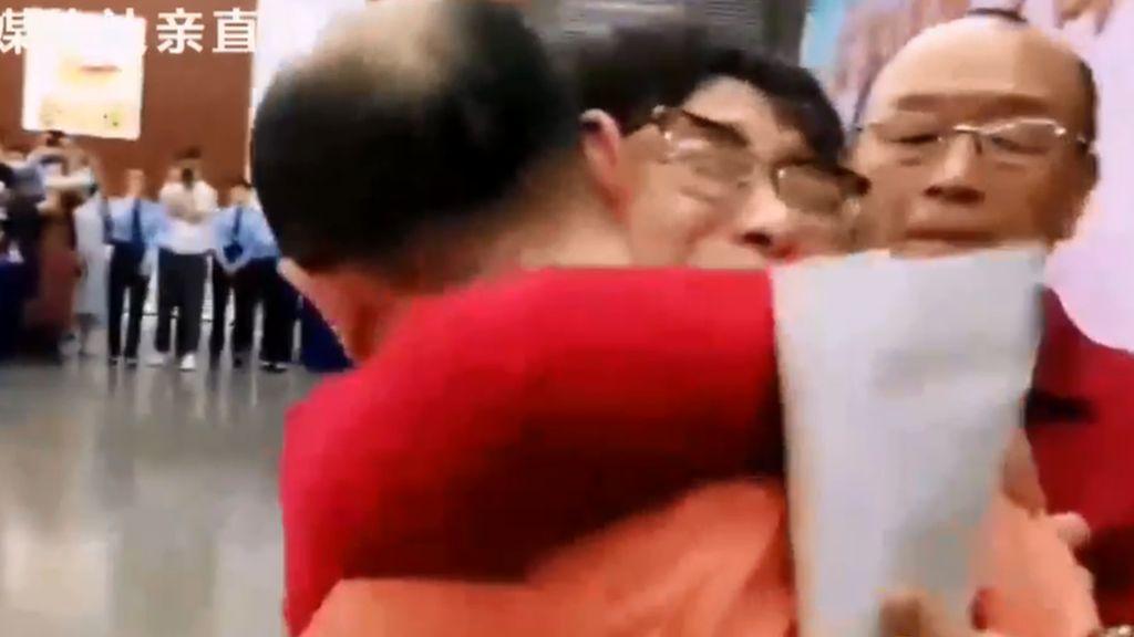 Pasutri China Akhirnya Bertemu Lagi dengan Anaknya yang Diculik 32 Tahun Lalu