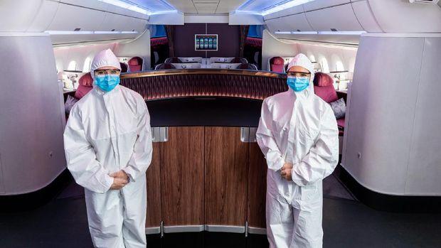 Awak Kabin Qatar Airways kenakan APD selama penerbangan