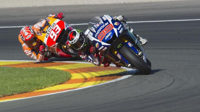 VALENCIA, SPAIN - NOVEMBER 08: Jorge Lorenzo of Spain and Movistar Yamaha MotoGP leads Marc Marquez of Spain and Repsol Honda Team