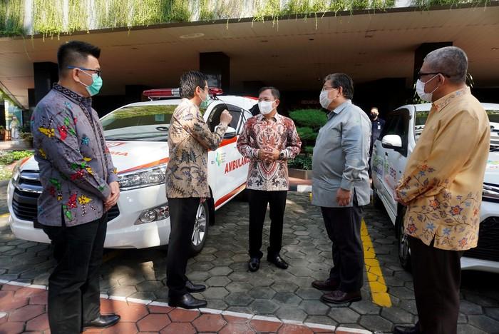 PT Toyota Astra Motor (TAM) dan PT Serasi Autoraya (SERA) menyerahkan bantuan berupa APD dan 3 mobil ambulans kepada Kemenkes untuk penanganan COVID-19.
