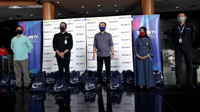 Menjelang Hari Raya Idul Fitri 1441 Hijriah, Trans TV membagikan 300 paket sembako lebaran untuk warga RW 02 dan RW 07 Mampang Prapatan, Jaksel (M Ilman Nafian/detikcom)