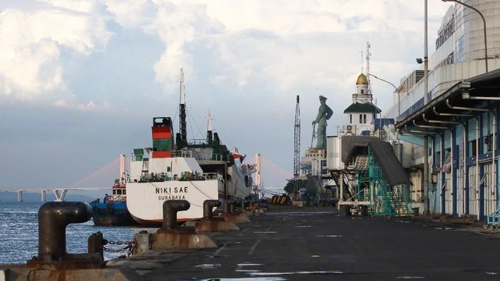 Sejumlah penumpang turun dari kapal KM Kirana IX yang bersandar di Dermaga Jamrud Utara, Pelabuhan Tanjung Perak, Surabaya, Jawa Timur, Selasa (19/5/2020). Pada H-5 Lebaran 2020 pemudik kapal laut di Pelabuhan Tanjung Perak Surabaya sampai saat ini terpantu sepi. ANTARA FOTO/Didik Suhartono/hp.
