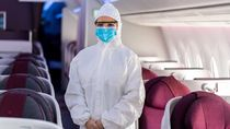 Tahan Virus! Pramugari Qatar Airways Pakai APD Lengkap