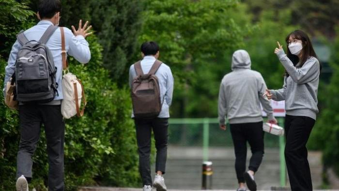 Siswa-siswa di Korea Selatan kembali ke sekolah usai wabah Corona mereda (AFP)