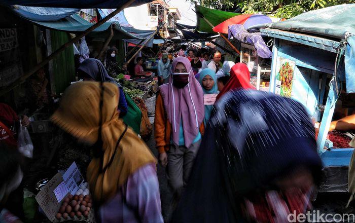 Warga memadati Pasar Kober, Tanjung Priok, Jakarta Utara, Rabu (20/5).