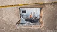 Mencari yang Tertinggal dari Puing-puing Sisa Kebakaran di Tambora