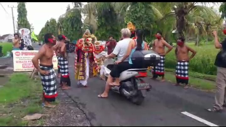 Hanoman Rahwana Goda Masyrakat yang Tidak Pakai Masker di Tabanan, Bali