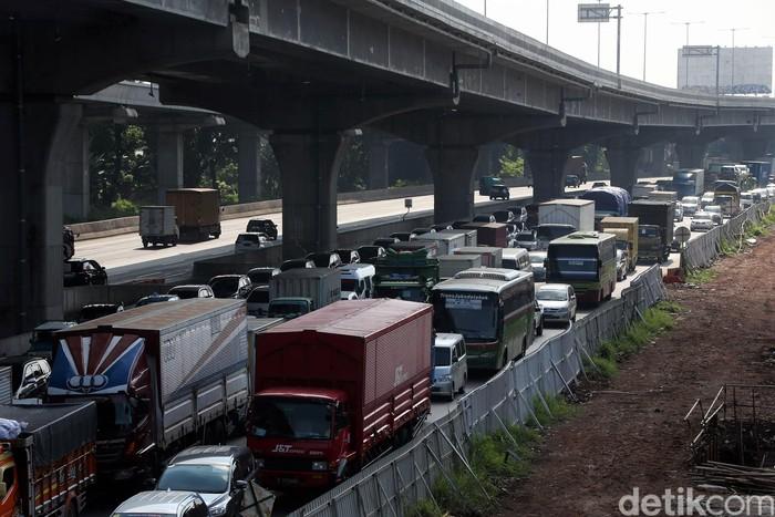 Antrean panjang kendaraan terlihat di Tol Jakarta-Cikampek hari ini, Rabu (20/5/2020).. Berikut potretnya.