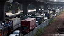 Truk Nyangkut di Tol Cikunir Dievakuasi, Lalin Masih Padat hingga Bekasi
