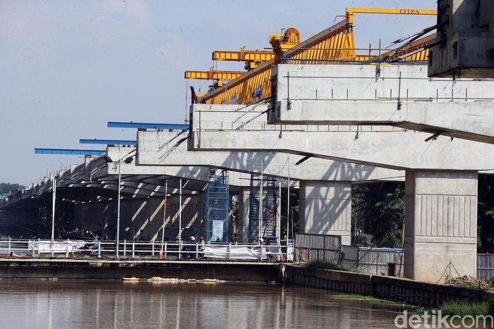 Pembangunan Tol Becakayu Seksi II A di kawasan Kalimalang, Kota Bekasi, tetap dilakukan meski di tengah pandemi Corona, Rabu (20/5/2020).
