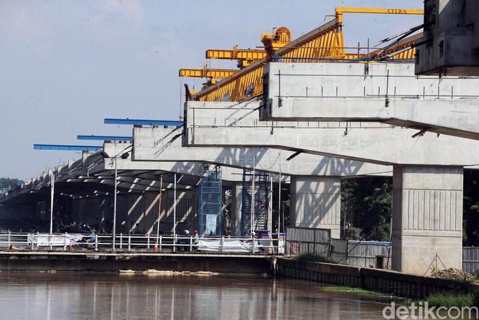 Pembangunan Tol Becakayu Seksi II A tetap dilakukan meski di tengah pandemi Corona. Proyek sepanjang 4,1 kilometer itu ditargetkan rampung akhir tahun 2020.