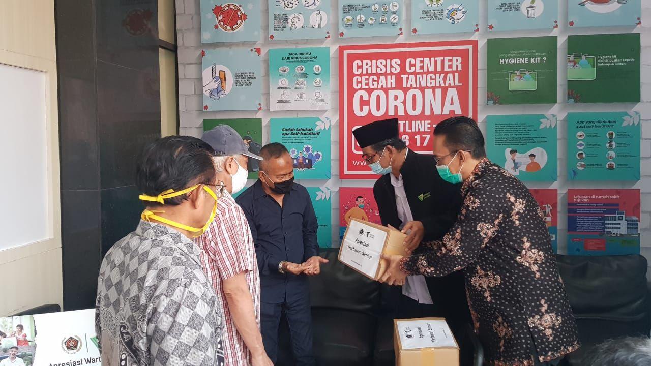 Santunan dari PWI dan Dompet Dhuafa kepada wartawan terdampak pandemi Corona. (Dok PWI)