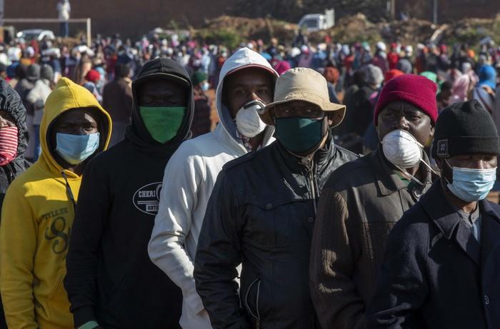 Wabah Corona yang terjadi di Afrika Selatan membuat perekonomian warga terdampak. Warga pun rela antre pembagian makanan hingga tiga lapis.