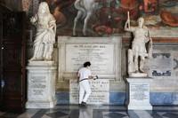 Pemerintah Italia kini membuka kembali museum dan beberapa ruang publik lainnya, warga yang telah lama bosan dirumah nampak menikmati deretan koleksi yang ada di museum.