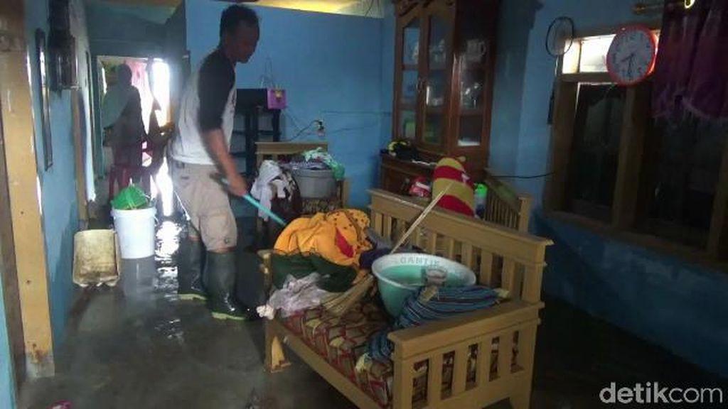 Pasca Banjir Rob, Warga Subang Mulai Bersih-bersih Rumah
