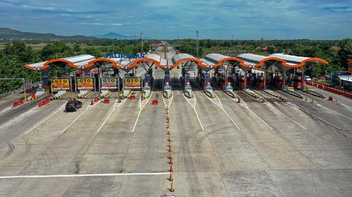 Kendaraan melintas di Tol Cipali Palimanan, Cirebon, Jawa Barat, Kamis (21/5/2020). Menjelang Lebaran, salah satu titik kepadatan arus mudik di ruas tol Cikopo-Palimanan (Cipali) terpantau sepi dikarenakan adanya larangan mudik dari Pemerintah demi mencegah penyebaran wabah COVID-19. ANTARA FOTO/Nova Wahyudi/nz
