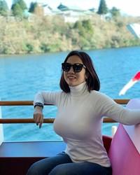 Selagi di Gunung Fuji, Tante Ernie juga menyempatkan untuk naik kapal keliling Danau Ashi yang terkenal di sana. (Instagram/@himynameisernie)