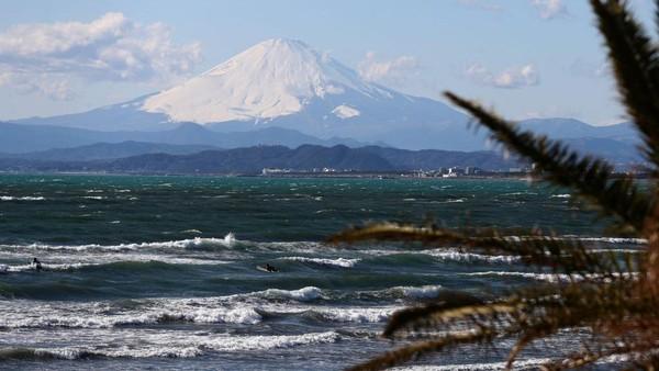 Keputusan otoritas prefektur Shizuoka ini diambil setelah otoritas prefektur Yamanashi mengumumkan bahwa pihaknya menutup rute pendakian Yoshida, satu rute pendakian lainnya ke puncak Gunung Fuji yang juga menjadi rute paling populer. Carl Court/Getty Images.