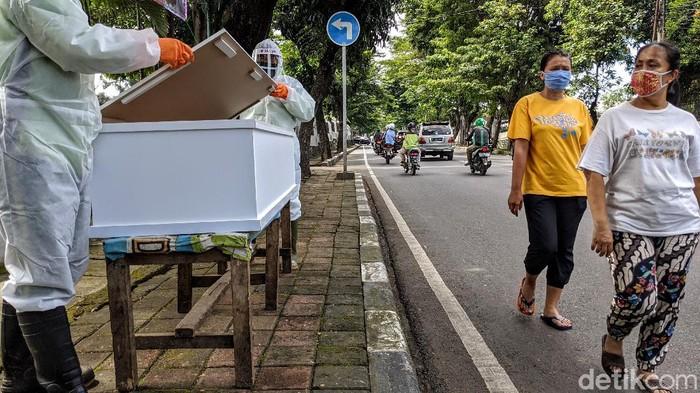 Petugas dari Suku Dinas Pertamanan dan Hutan Kota Jaksel mengkampanyekan hidup sehat selama masa pandemi Corona. Mereka membawa peti mati dalam aksi tersebut.