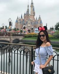Tante Ernie juga pernah liburan ke China. Dia bersama keluarganya liburan ke Disneyland Shanghai. (Instagram/@himynameisernie)