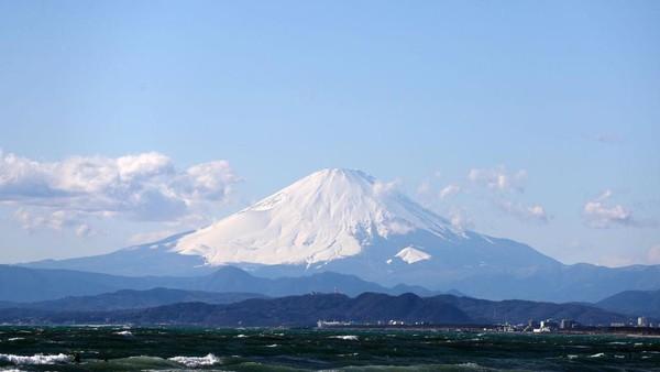 Ini menjadi momen pertama kalinya, gunung berapi setinggi 3.776 meter itu ditutup sejak tahun 1960 silam, ketika prefektur Shizuoka mulai mengelola rute-rute tersebut. Clive Rose/Getty Images.