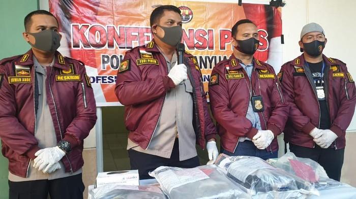 Kapolres Musi Banyuasin, AKBP Yudhi Markus Pinem saat menunjukkan barang bukti kejahatan Wisnu (WS).