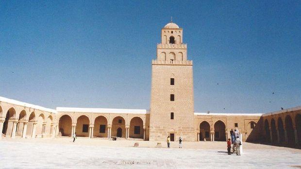 Masjid Agung Kairouan di Tunisia tak hanya memesona dengan arsitektur bangunannya. Masjid ini diketahui jadi masjid pertama yang didirikan di benua Afrika.