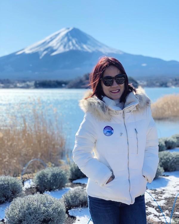 Bulan Januari 2020 silam, Tante Ernie liburan keluarga ke Jepang. Di sana dia beruntung bisa berfoto dengan Gunung Fuji pas cuaca sedang cerah. (Instagram/@himynameisernie)