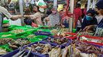 Di Tengah PSBB Pasar Ceger Tetap Ramai