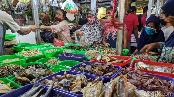 Aktivitas pasar tradisional terpantau ramai di H-1 lebaran Idul Fitri 1441 H, di Pasar Ceger, Tangerang Selatan, Kamis (21/5/2020).