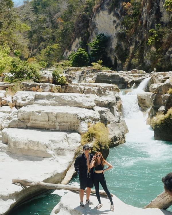 Di Sumba, Sarah berkunjung ke beberapa destinasi. Salah satunya adalah air terjun Tanggedu yang cantik ini. (Instagram/@sarahkiehl)