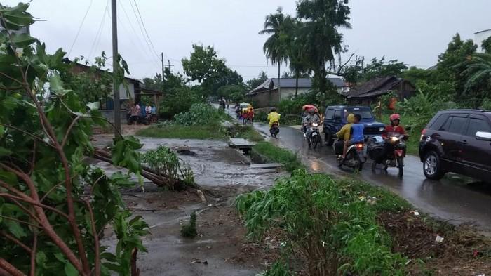 Angin puting beliung menerjang Kabupaten Tulang Bawang, Lampung (sumber: bnpb.go.id)