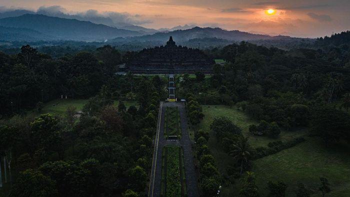 PT Taman Wisata Candi Borobudur, Prambanan, dan Ratu Boko berencana sambut turis lagi mulai 8 Juni. Nantinya, wisatawan harus melalui cek suhu badan dan diberi penanda stiker.