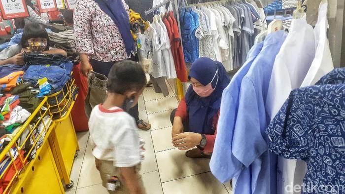 H-3 Lebaran, sejumlah warga Bekasi memadati salah satu pusat perbelanjaan untuk berburu baju. Berikut foto-fotonya.