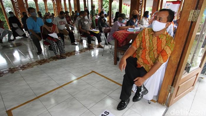 Puluhan ribu warga menerima langsung BST di Kelurahan Jagalan, Solo. Acara tersebut dihadiri langsung oleh Mentri Sosial Jualiari P Batubara.