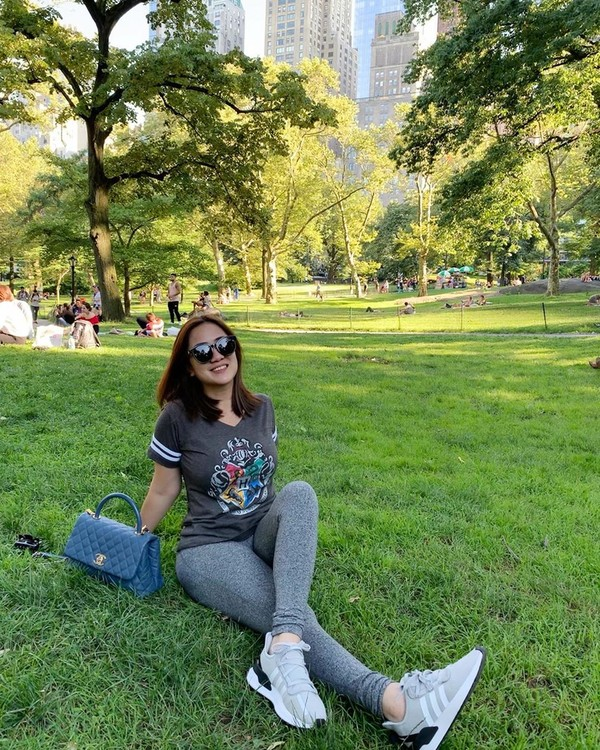 Kalau ini, saat Tante Ernie bersantai duduk-duduk di Central Park, New York, AS. (Instagram/@himynameisernie)
