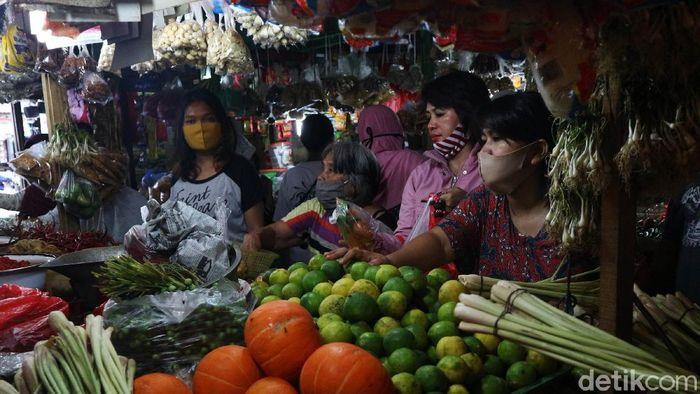 Menjelang lebaran masyarakat berbelanja berbagai kebutuhan di Pasar Sumber Artha, Bekasi, Jawa Barat, Kamis (21/5/2020).