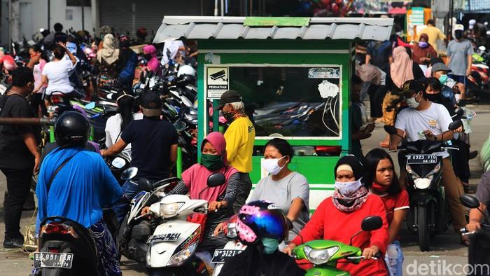 Kepadatan kendaraan terjadi di depan Pasar Ceger, Tangsel, Kamis (21/5). Padahal Pemkot Tangsel masih menerapkan PSBB untuk menangkal penyebaran virus Corona.