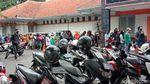 Warga bandung Antre Berjam-jam untuk Bansos