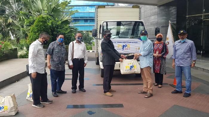 Kementerian PUPR menyalurkan bantuan sembako kepada anggota PWI.