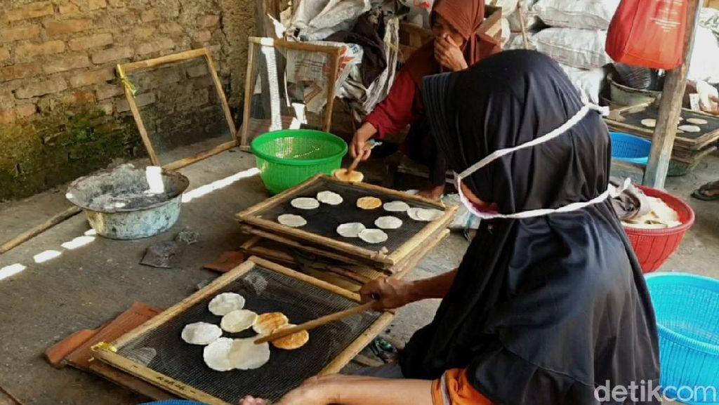 Jelang Lebaran, Omzet Penjual Opak di Sumedang Turun Drastis
