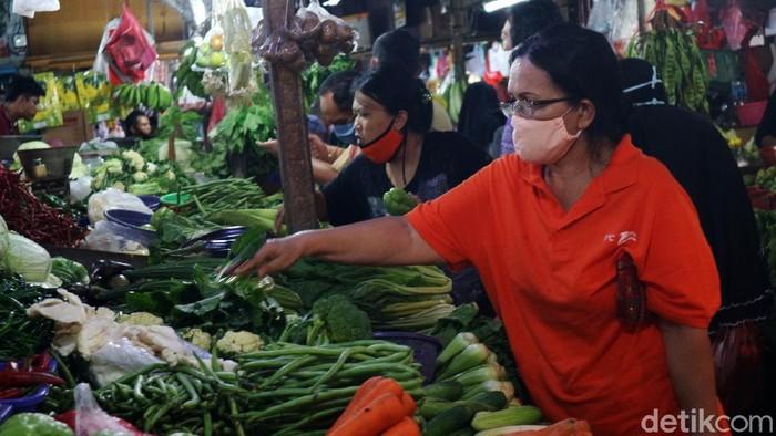 Warga menyerbu pasar Pasar Sumber Artha, Bekasi, untuk membeli kebutuhan lebaran. Banyaknya pengunjung membuat penerapan physical distancing sulit dilakukan.