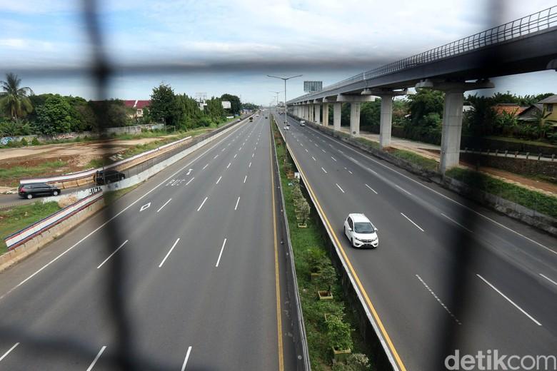 Tiga hari menjelang lebaran, arus lalu lintas di KM 9 dan KM 13 Tol Jakarta Cikampek terpantau lancar. Pengendara bisa melenggang di jalan tol tersebut.