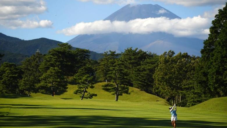 Sektor pariwisata Jepang ikut terpukul pandemi COVID-19. Gunung Fuji yang menjadi ikon Jepang ditutup untuk mencegah penularan virus Corona.