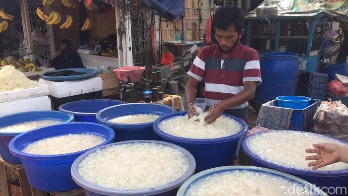 Menjelang lebaran, kolang kaling biasanya menjadi buruan. Namun, pandemi Corona membuat makanan satu ini sepi peminat.