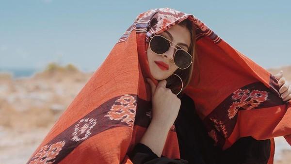 Tanah Sumba memang mempesona. Ditambah dengan kehadiran wajah cantik Sarah, jadi semakin istimewa. (Instagram/@sarahkiehl)