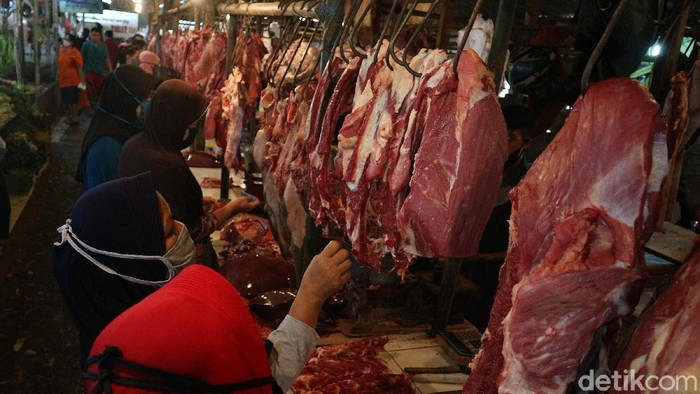 Daging sapi menjadi buruan warga saat menjelang lebaran. Di tengah banyaknya peminat, harga daging sapi di Pasar Sumber Artha, Bekasi, mencapai Rp 130 ribu/kg.