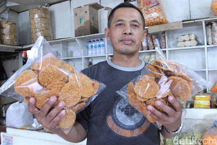 Awah (56), seorang penjual oleh-oleh di kawasan Terminal Leuwipanjang, Bandung, jadi salah seorang pedagang yang terdampak pandemi Corona yang tengah melanda Indonesia.